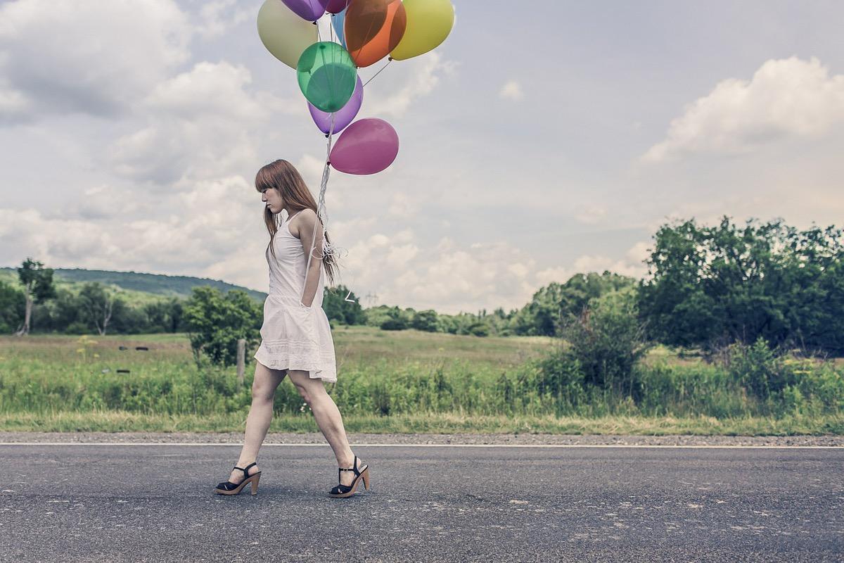 風船を持って歩く少女