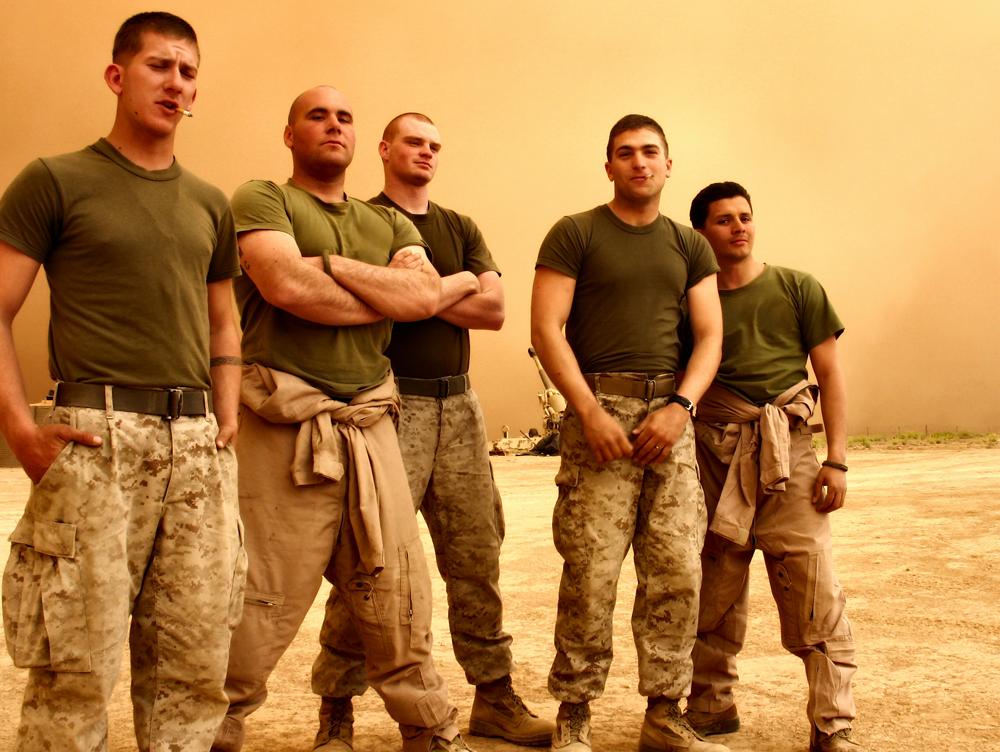 こちらを見ている五人の兵士