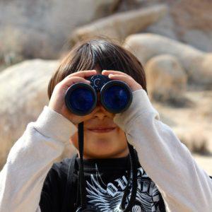 望遠鏡を覗く少年
