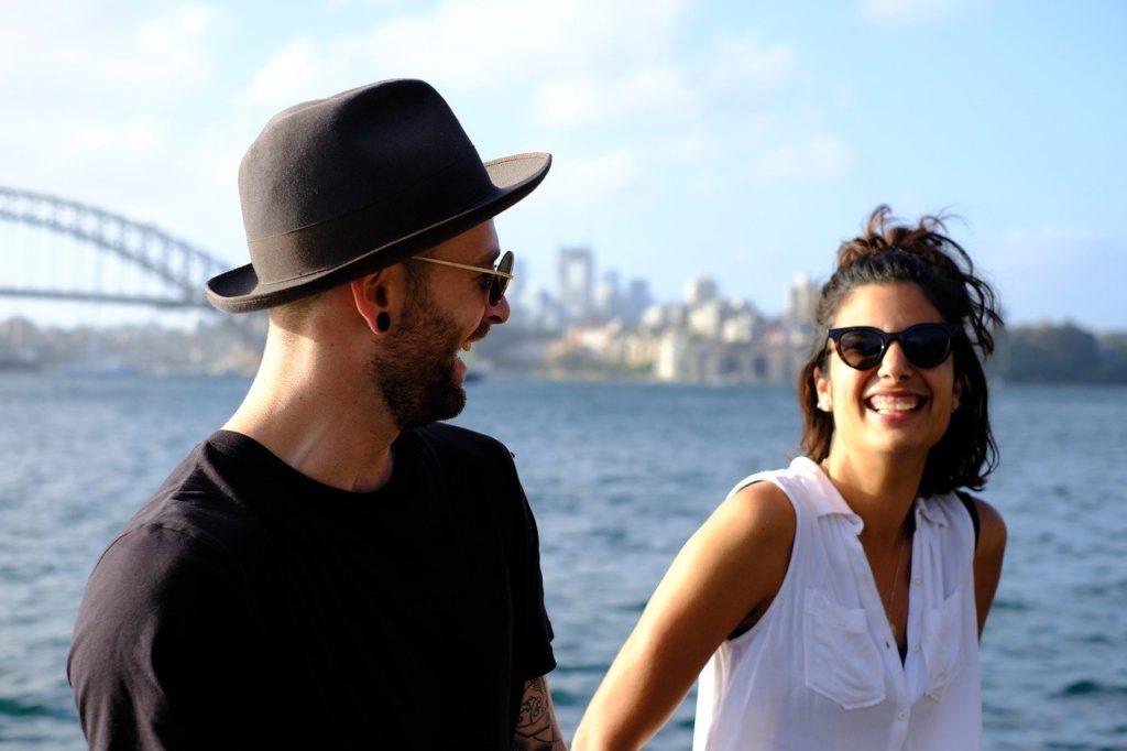 海辺で談笑するカップル