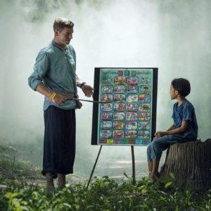 森の中で生徒に授業する先生