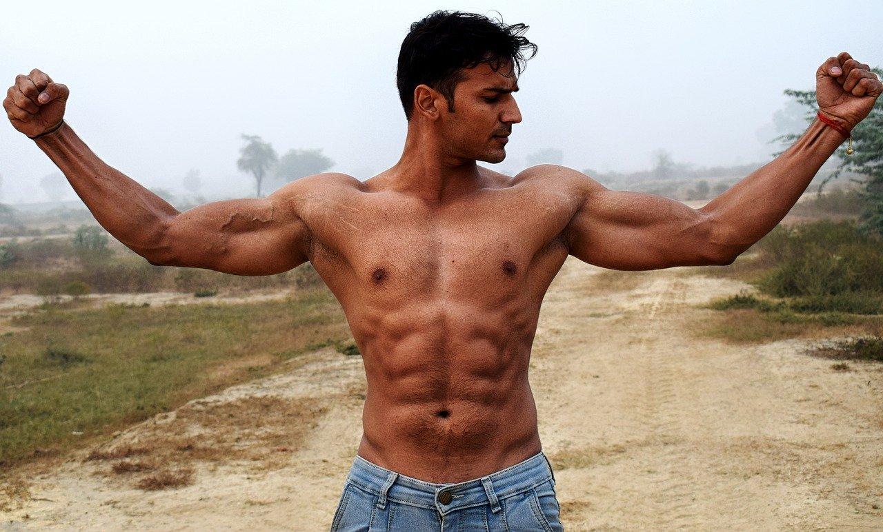 筋骨隆々の男性