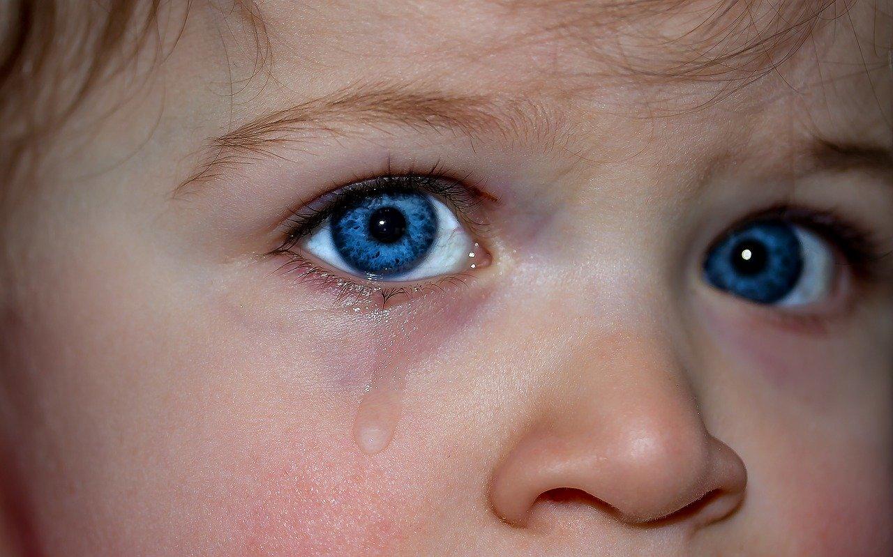 大粒の涙を流す少年