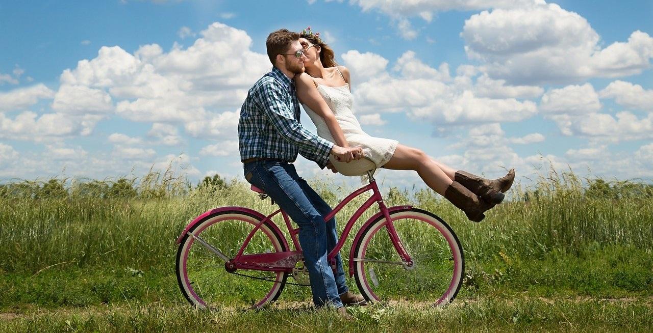 自転車の上でイチャイチャするカップル