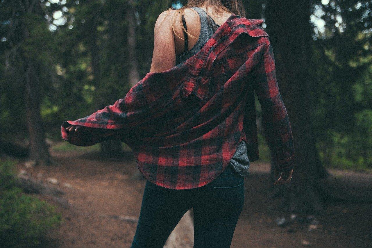 森の中を歩いている女性