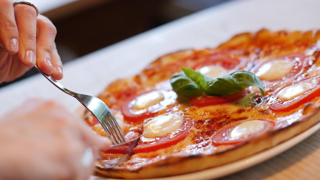 ピザを切り分ける女性