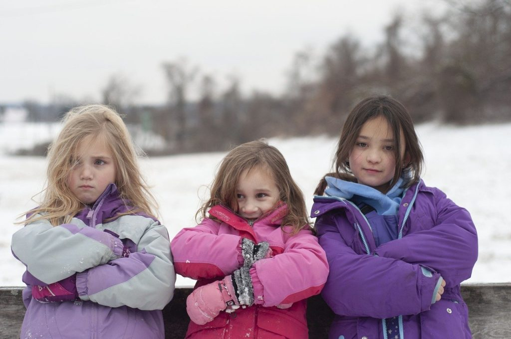 腕組をする三人の少女
