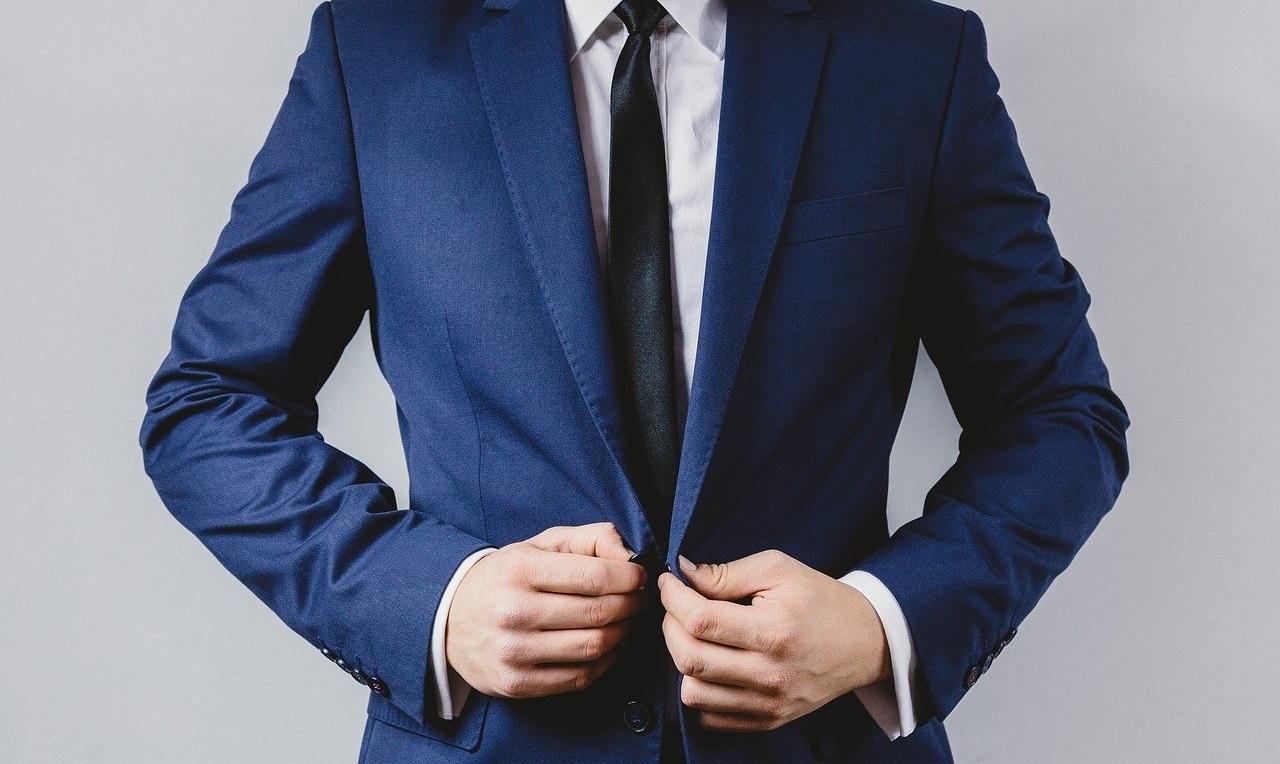 きっちりとスーツを着た真面目な男性