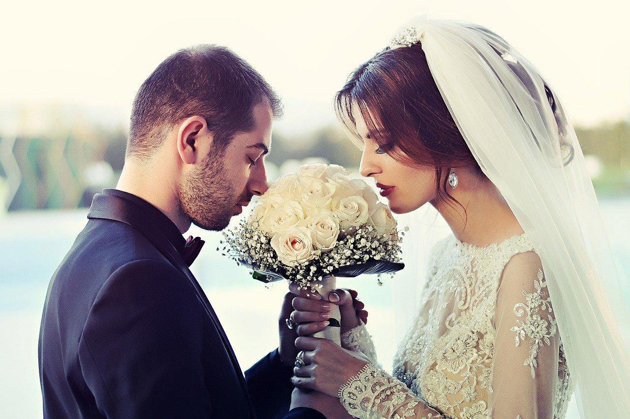 結婚式で愛の誓いをする男女