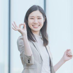 笑顔でオッケーサインをする女性