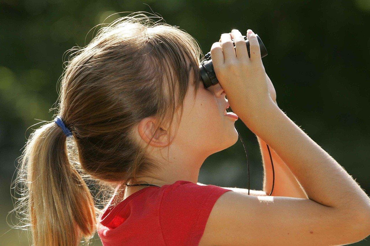 双眼鏡を覗く少女
