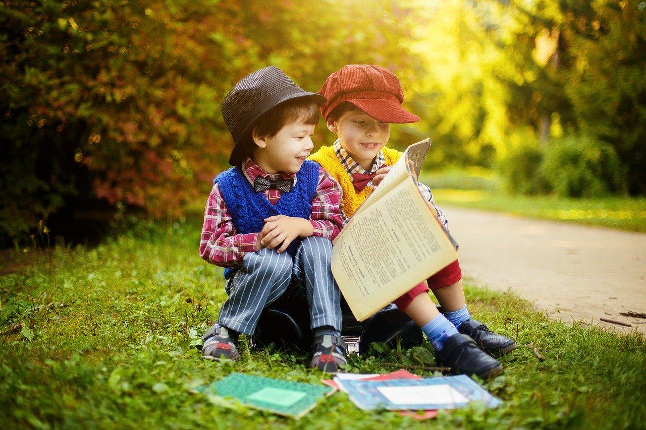 一緒に本を読む二人の少年
