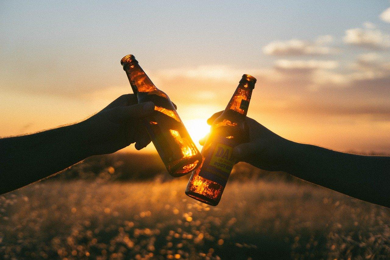 夕日を見ながら乾杯する男女