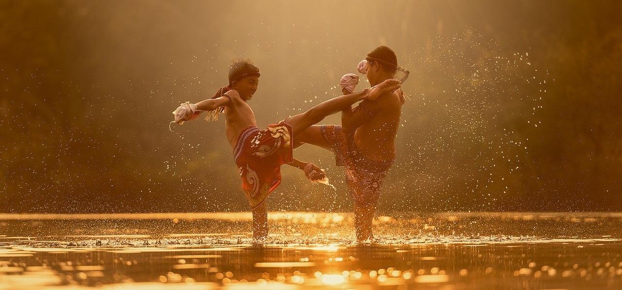 川で喧嘩をしている少年