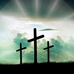 丘の上に立つ十字架