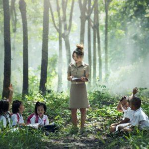森の中で子どもたちに授業をする先生