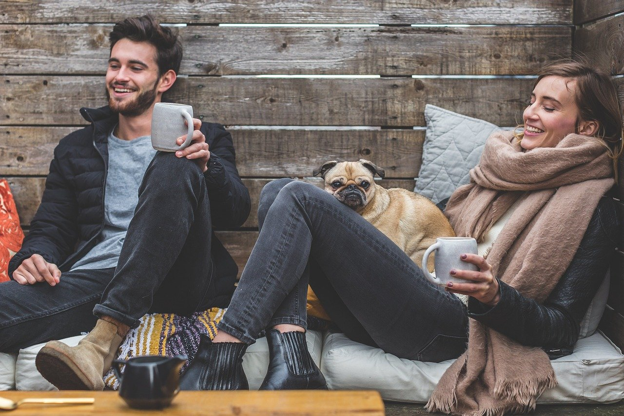 犬と一緒にくつろぐカップル