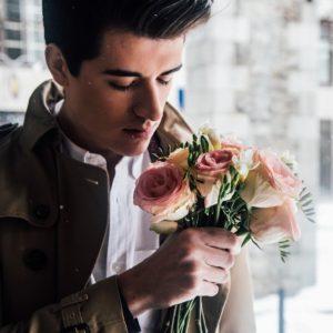 花束の匂いをかぐ男性