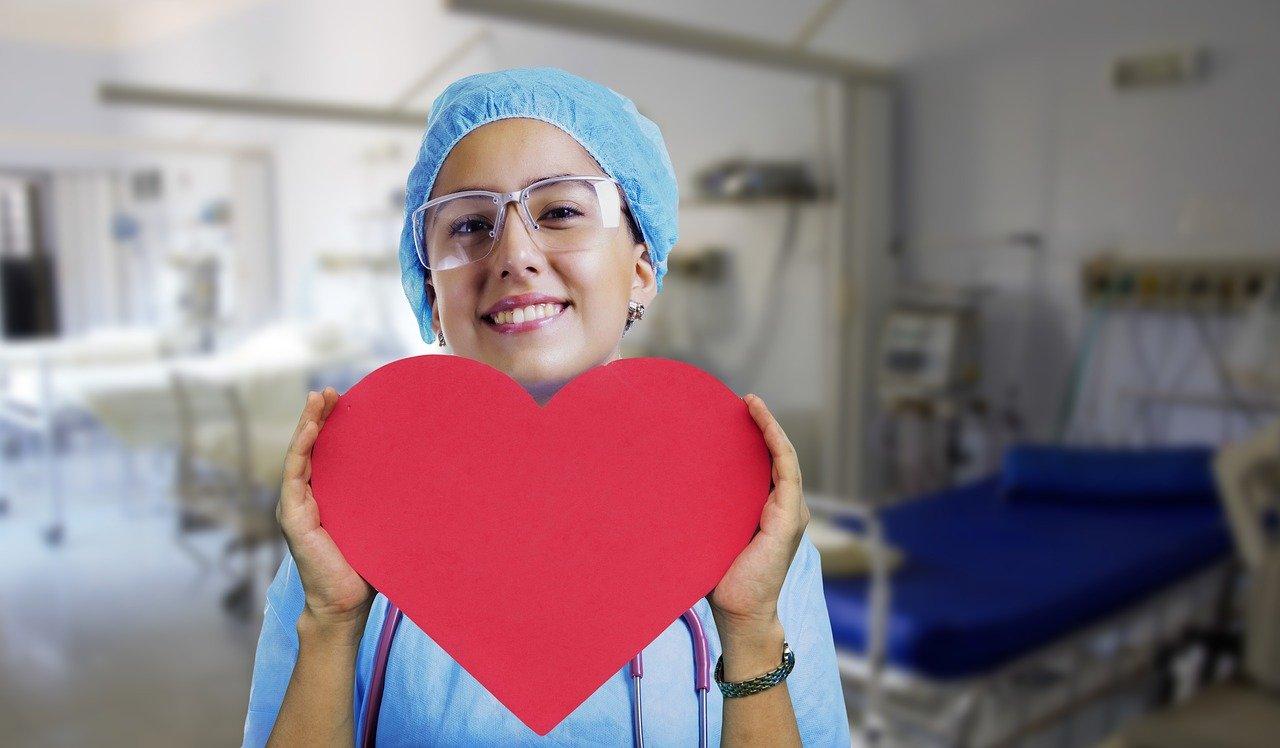 優しい看護師の女性