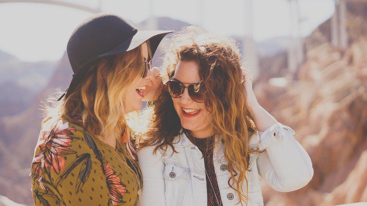 友達と笑い合う女性