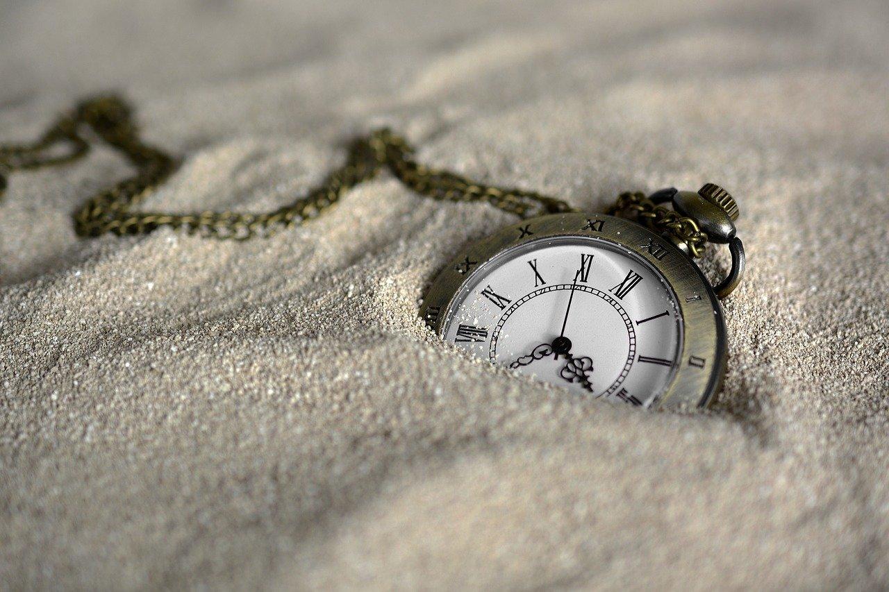 砂に埋まっている懐中時計