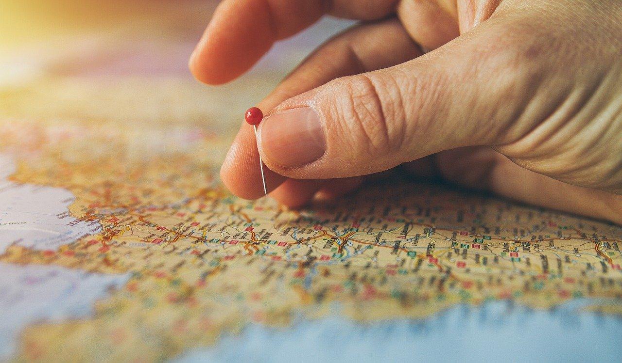 地図にピンを刺す人