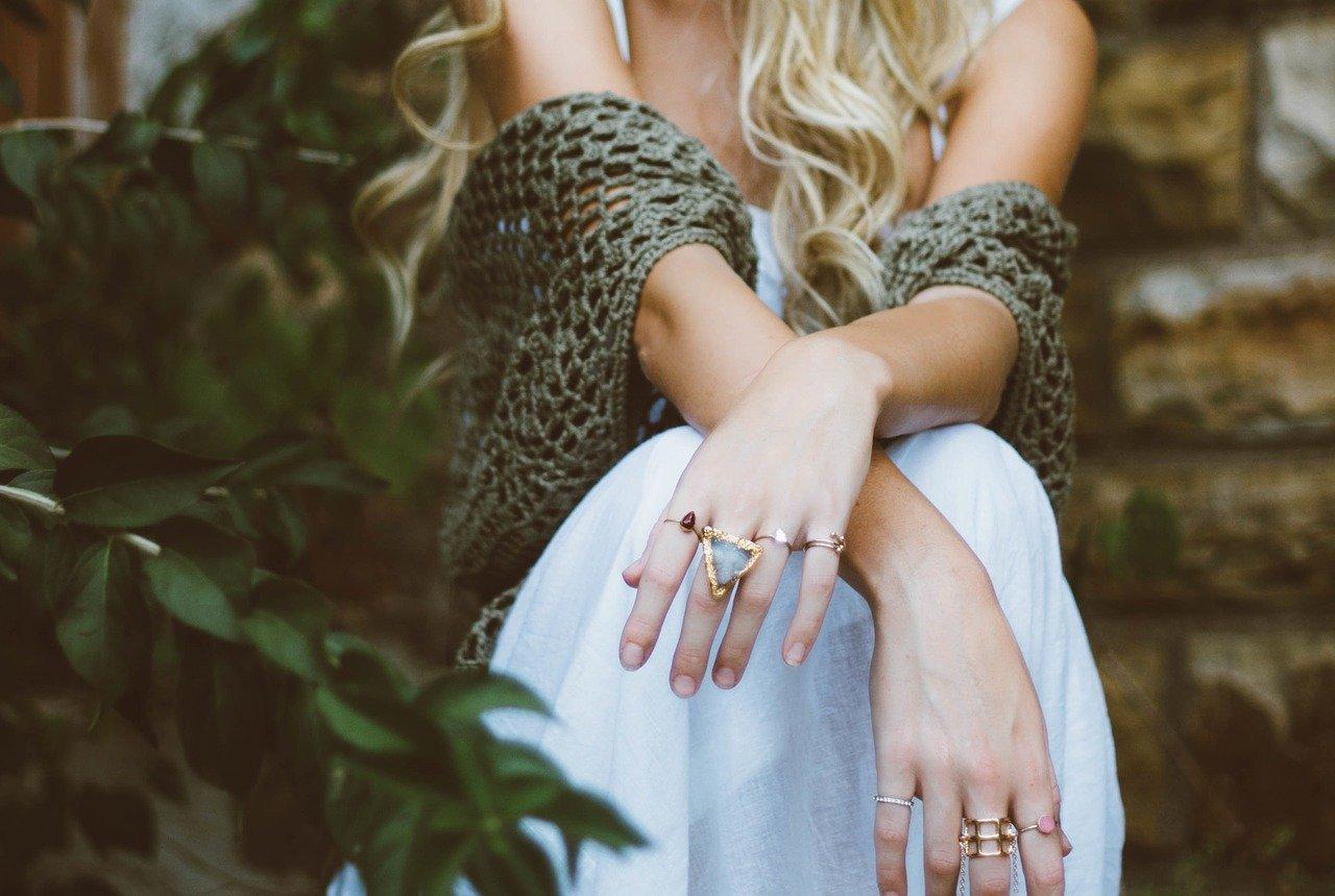 おしゃれな指輪をしている女性