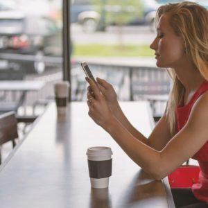 カフェで友人を待つ女性