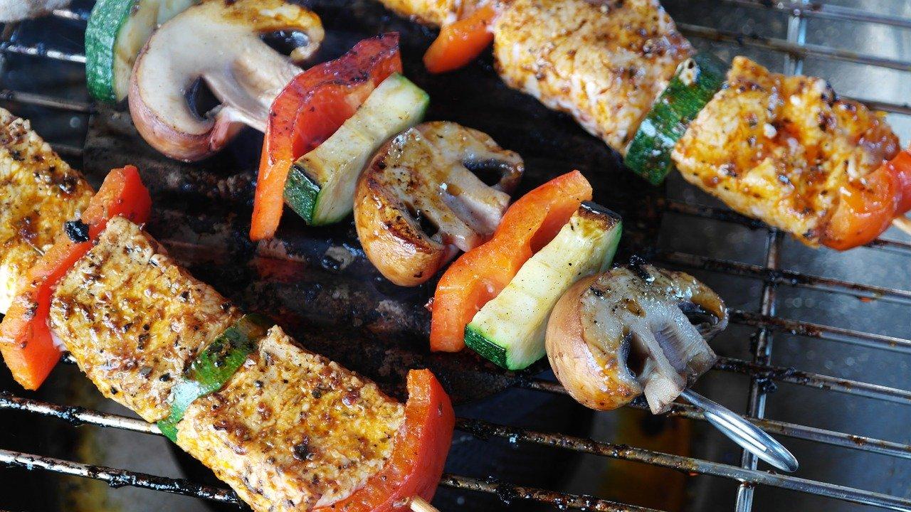 BBQで肉を焼く