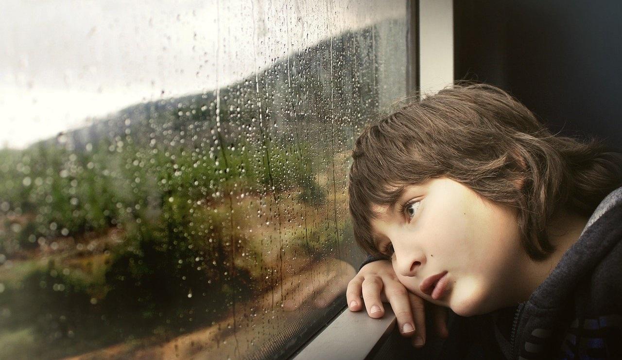 雨の中の少年